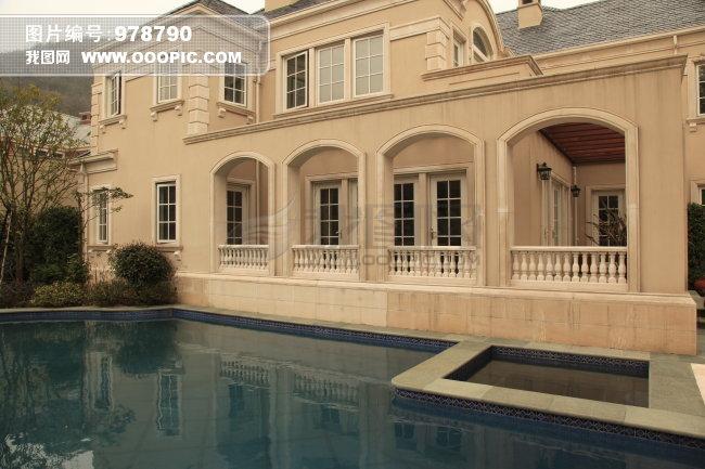 别墅花园的游泳池