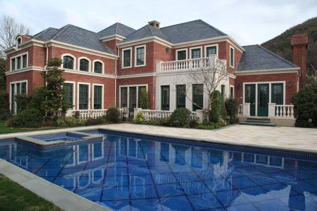 建筑 住宅 别墅 壁灯 红墙 游泳池  快乐 休闲 度假 流行 欧式 侧面视角