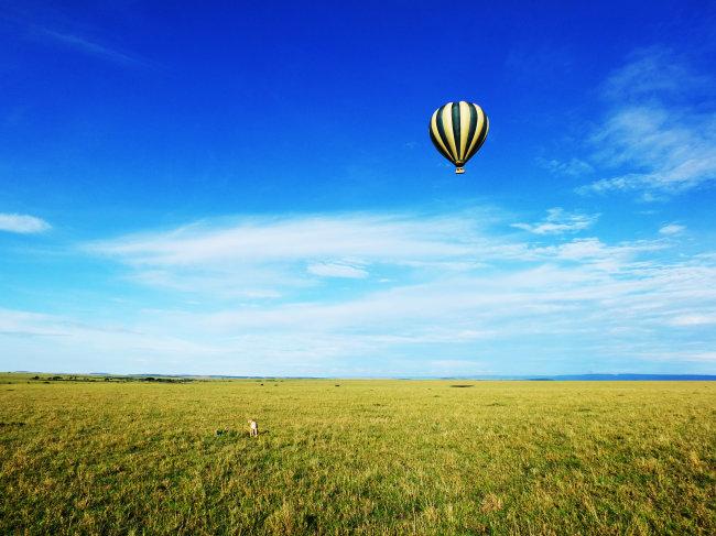 蓝天白云草地氢气球图片下载 蓝天白云草地氢气球美丽风景 赏心悦目