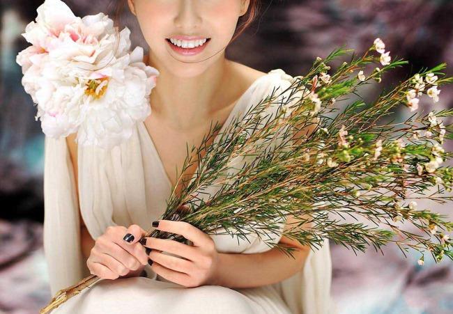 花束 明星写真 可爱 美女 素材 背景 女 一个; 乖巧迷人的女明星唐嫣
