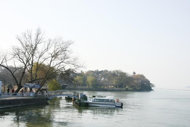 无锡太湖渔船湖水波光粼粼游艇