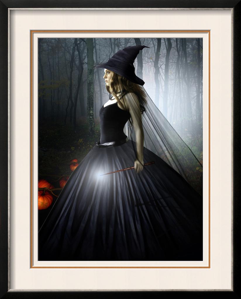 带尖帽的美女女巫