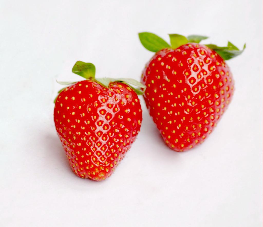 二个草莓图片