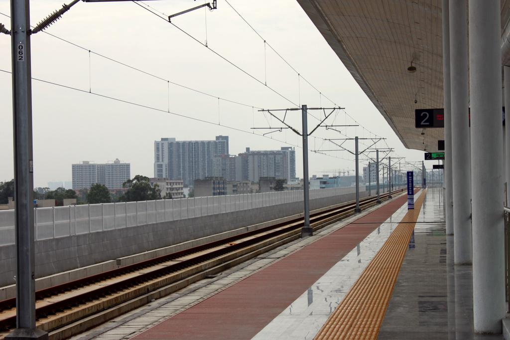 成都高铁轨道无人