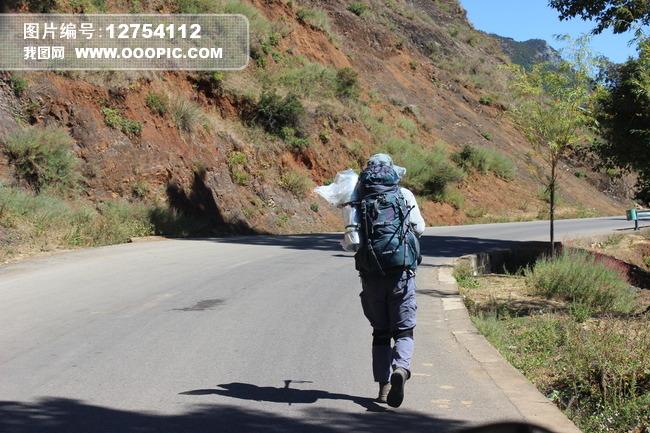 泸沽湖徒步旅行者驴友背包客独行背影