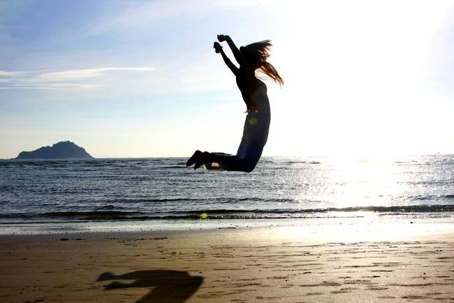 国内摄影图 风景图片 大海图片 > 海边跳跃人物  下一张&gt
