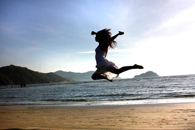 跳跃青春人物图片