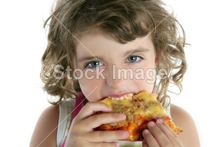 > 小女孩吃饿了披萨特写肖像