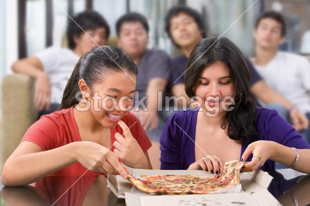 >女孩子第一次有机会吃披萨