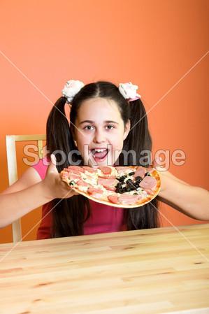 女孩想吃披萨摄影图片下载