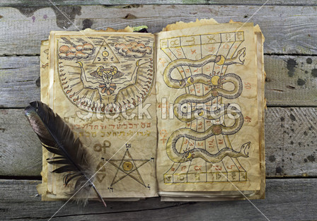 Magic book , Halloween still life图片素材(图片编