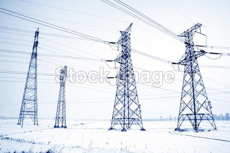 > 在雪中的电塔结构