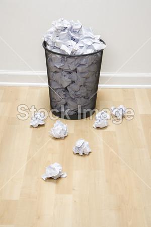 垃圾桶和纸摄影图片下载