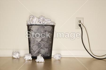 垃圾桶和电源插座摄影图片下载