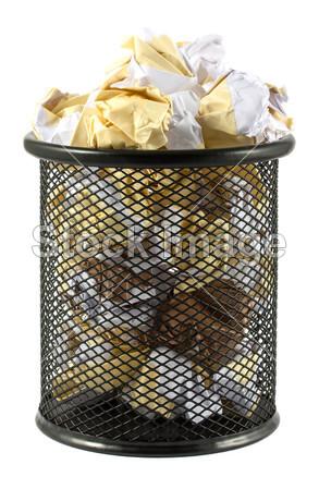 废物弄皱的纸的垃圾桶内摄影图片下载