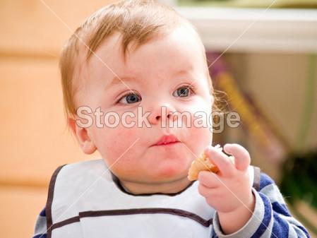 可爱的小宝宝男生吃面包图片素材(图片编号:5