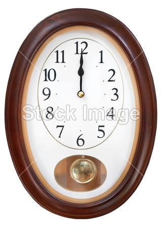 >椭圆形墙上时钟上的午夜