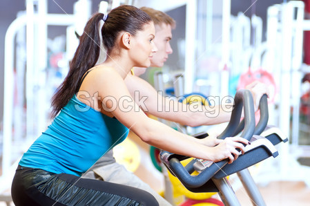 在健身房里做做心肺循环训练图片素材(图片编