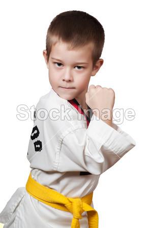 年轻的男孩训练空手道摄影图片下载