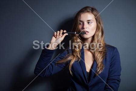 优雅女人吸烟电子烟穿西装摄影图片下载