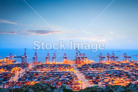 Container terminal in twilight图片素材(图片编号