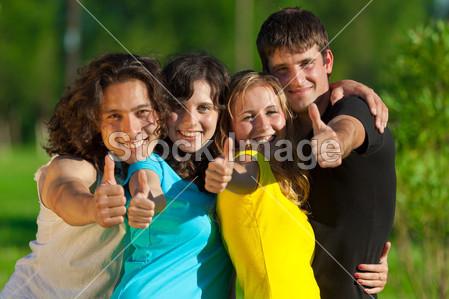青年组的显示标志竖起大拇指的快乐朋友图片素