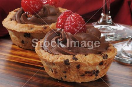 慕斯/浆果咬芯片 巧克力 特写镜头饼干地壳杯蛋奶冻美味的甜点...